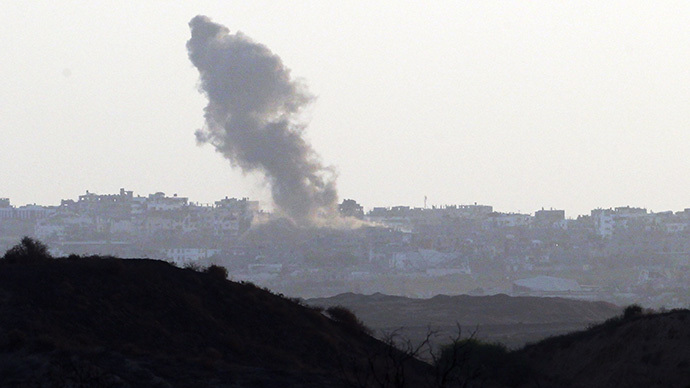 Smoke rises from the GazaSstrip following an Israeli military strike as seen from the Israel Gaza Border on August 19,2014.  (AFP Photo / David Buimovitch)