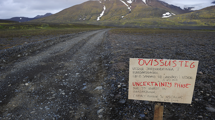 A warning sign blocks the road to Bardarbunga volcano, some 20 kilometres (12.5 miles) away, in the north-west region of the Vatnajokull glacier August 19, 2014 (Reuters / Sigtryggur Johannsson)