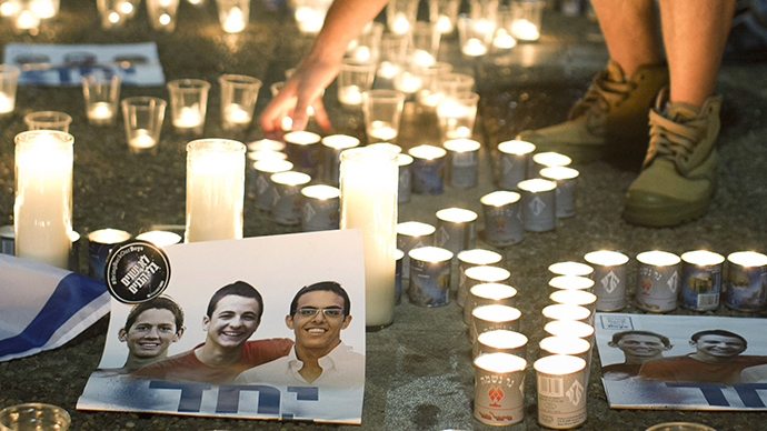 Israelis mourn and light candles in Rabin Square in Tel Aviv on June 30, 2014 after the announce that the bodies of the three missing Israeli teenagers were found (AFP Photo)