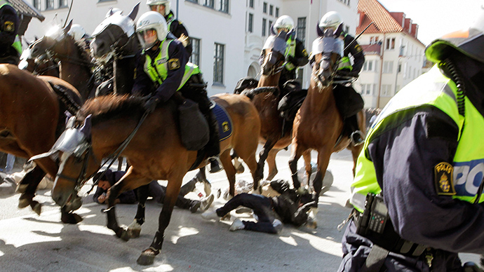 "Police mounted on horses move against counter-demonstrators protesting against an election meeting arranged by the neo-nazi party ""Svenskarnas Parti"", in cental Malmo, Southern Sweden, on August 23, 2014 (AFP Photo / Drago Prvulovic)"