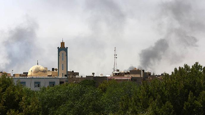 Black smoke is seen in the area of Tripoli's international airport, on August 20, 2014 (AFP Photo / Mahmud Turkia)
