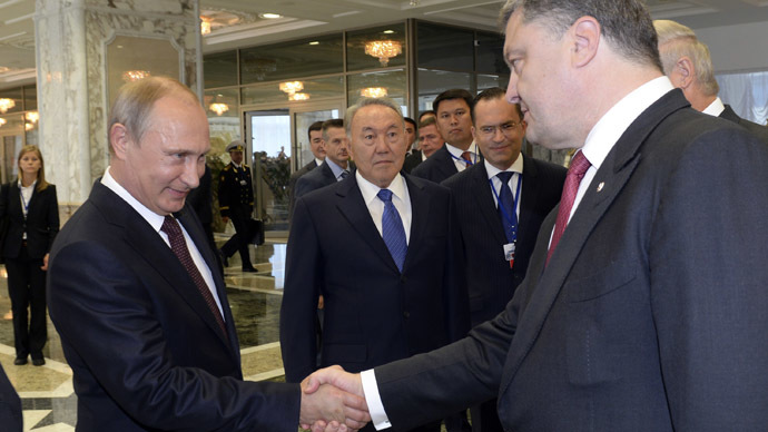 Russia's President Vladimir Putin (L) and Ukraine's President Petro Poroshenko (R) shake hands during a summit in Belarus' capital of Minsk on August 26, 2014 (AFP Photo / Sergey Bondarenko)