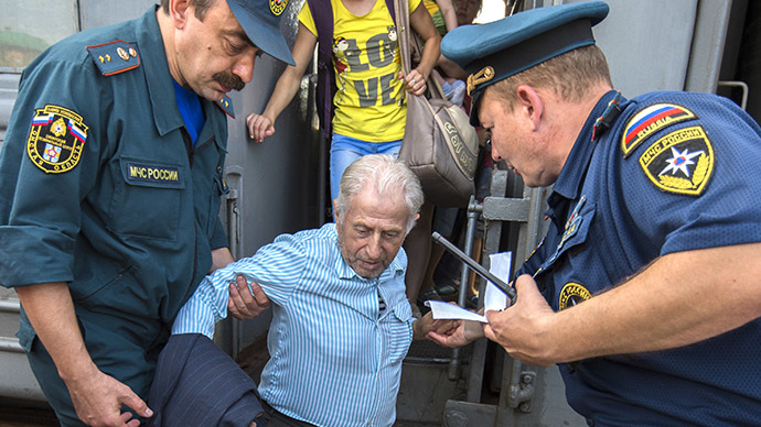 Russian EMERCOM workers meet Ukrainian refugees at a train station in Omsk (RIA Novosti / Alexey Malgavko)