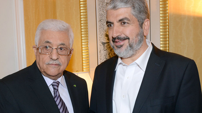 Palestinian leader Mahmoud Abbas (L) and political bureau head of Hamas, Khaled Meshaal (AFP Photo)
