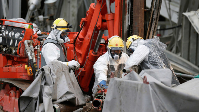 Workers conduct operations to construct an underground ice wall at Tokyo Electric Power Co.'s (Tepco) tsunami-crippled Fukushima Daiichi nuclear power plant in Fukushima Prefecture.(Reuters / Kimimasa Mayama)