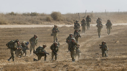 Israeli soldiers walk in a field after returning to Israel from Gaza August 5, 2014. (Reuters/Baz Ratner)