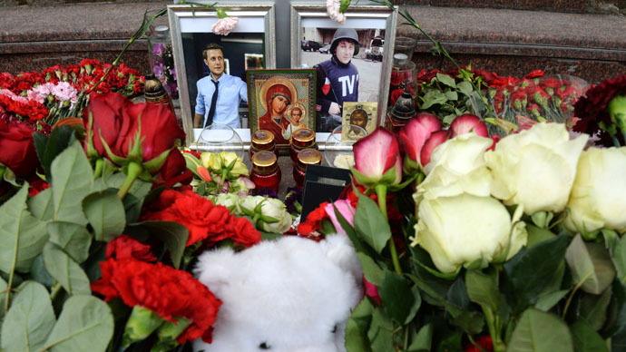 Flowers in memory of the VGRTK journalists killed in Ukraine -- correspondent Igor Kornelyuk and video engineer Anton Voloshin -- by the VGRTK building in Moscow. (RIA Novosti/Alexey Kudenko)