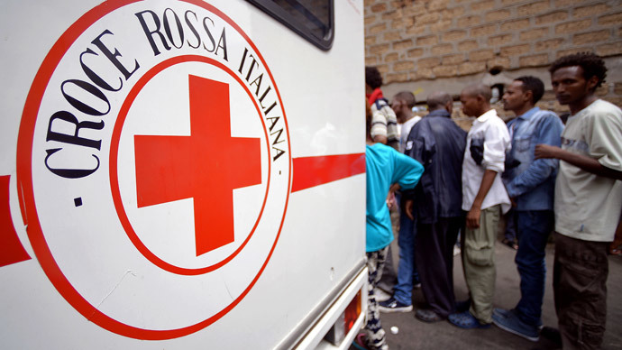Migrants queue near a vehicle of the Italian Red Cross outside 'Baobab' migration centre next to the Tiburtina train station in Rome on June 14, 2015. (AFP Photo / Filippo Monteforte )