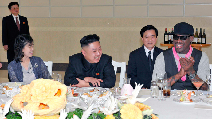 North Korean leader Kim Jong-Un (C), his wife Ri Sol-Ju (L) and former NBA basketball player Dennis Rodman (R) talk in Pyongyang  on March 1, 2013 (Reuters / KCNA)