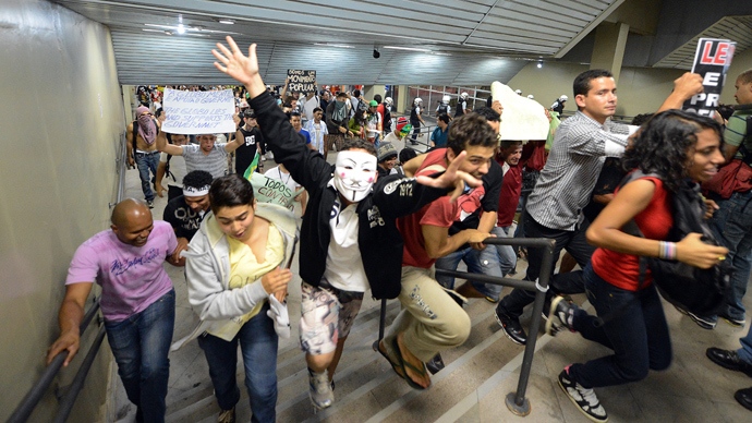 Students invade a subway station during a protest calling for a public transport free pass in the Federal District, on June 19, 2013 in Brasilia (AFP Photo / Evaristo Sa)