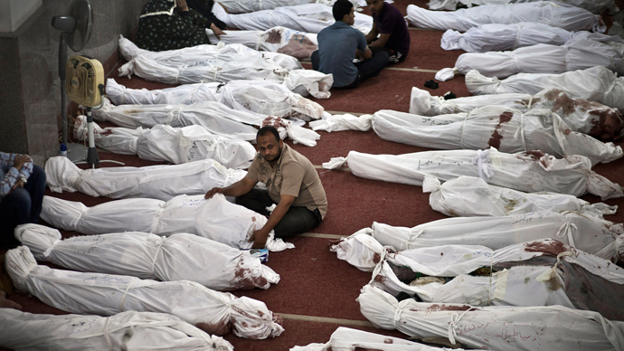 Egyptians mourn over bodies wrapped in shrouds at a mosque in Cairo on August 15, 2013 (AFP Photo / Mahmoud Khaled)