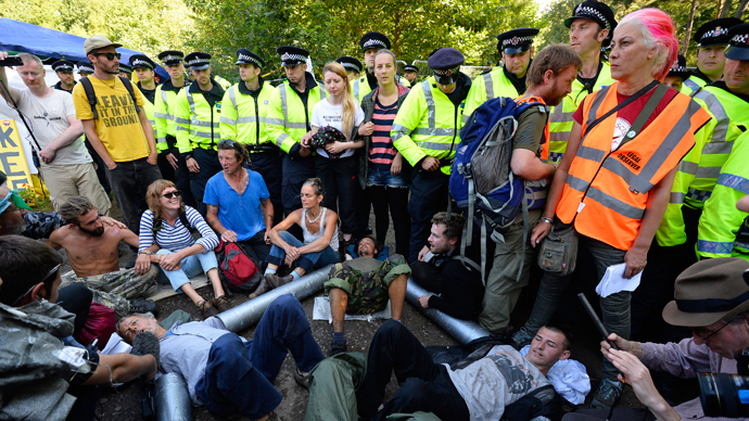 Demonstrators lock themselves together during a protest outside a drill site run by Cuadrilla Resources, near Balcombe in southern England August 19, 2013 (Reuters / Paul Hackett)