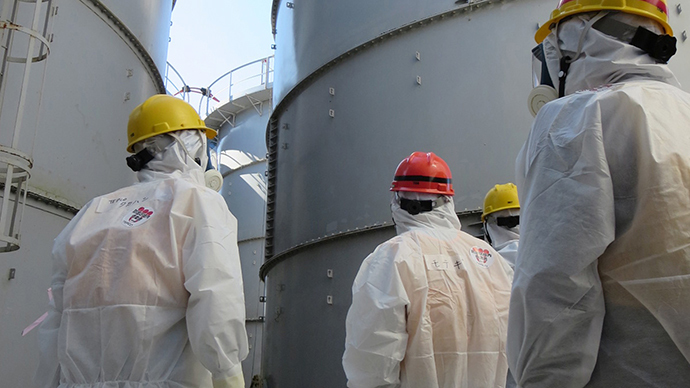Japanese Economy, Trade and Industry Minister Toshimitsu Motegi (C-red helmet) inspecting contamination water tanks at TEPCO's Fukushima Dai-ichi nuclear power plant in the town of Okuma, Fukushima prefecture. (AFP Photo / TEPCO)