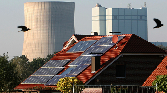 A house with shows solar cells on its roof in front of coal fired power plant Hamm on October 11, 2010 in Hamm, western Germany. (AFP Photo / Patrick Stollarz)