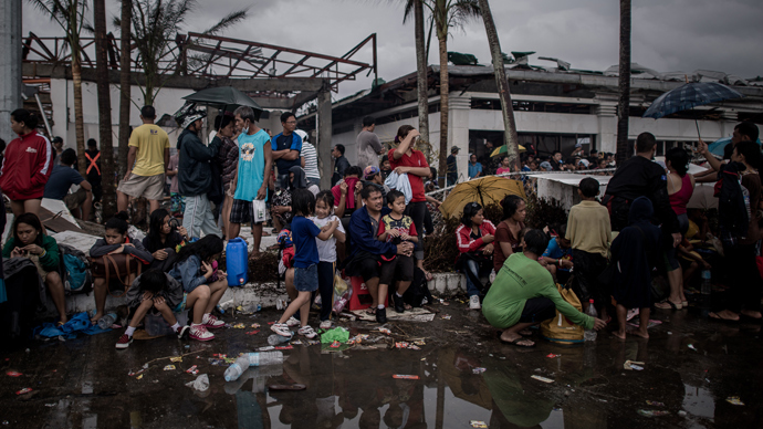 Typhoon victims wait to be evacuated at the airport in Tacloban, on the eastern island of Leyte on November 12, 2013 after Super Typhoon Haiyan swept over the Philippines (AFP Photo / Philippe Lopez)