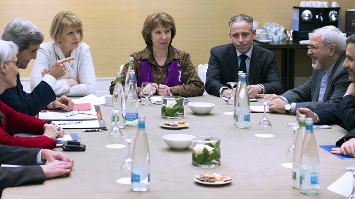 U.S. Secretary of State John Kerry (2nd L), European Union foreign policy chief Catherine Ashton (C ) and Iranian Foreign Minister Mohammad Javad Zarif (2ndR) wait prior to a meeting on November 9, 2013, on the third day of talks on Iran's nuclear programme at the Intercontinental Hotel in Geneva Switzerland.  (AFP Photo)