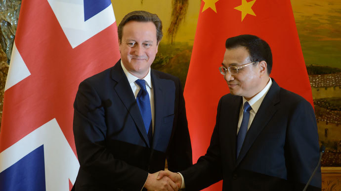 Britain's Prime Minister David Cameron (L) and China's Premier Li Keqiang shake hands after delivering statements at the Great Hall of the People in Beijing on December 2, 2013 (AFP Photo / Ed Jones)