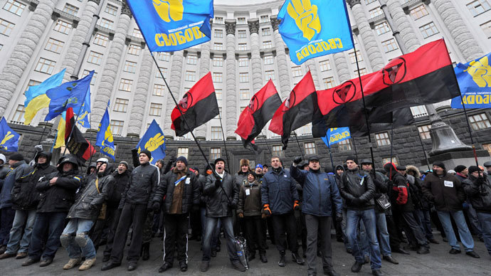 Pro-European demonstrators block the entrance of the Ukrainian ministers' Cabinet in Kiev on December 5, 2013.(AFP Photo / Viktor Drachev)