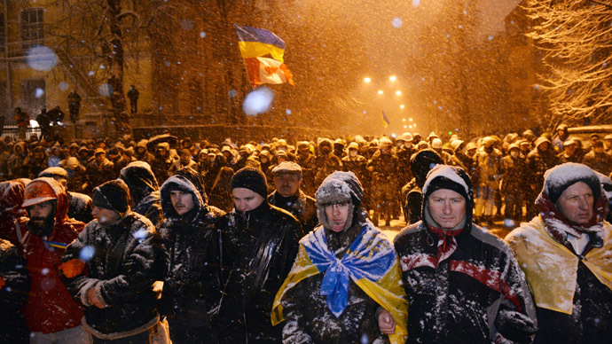 Pro-EU protesters face riot police in front of the government headquarters in Kiev on December 9, 2013. (AFP Photo/Sergei Supinsky)