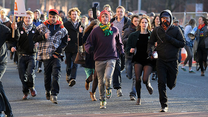(ARCHIVE PHOTO) Students run through the streets of Manchester as they protest against the government's hiking of tuition fees at English universities (AFP Photo / Andrew Yates)