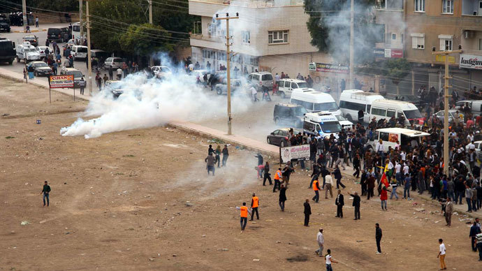 Turkish riot police use tear gas to disperse Turkish-Kurd protesters demonstrating on the Turkish side as Syrian Kurds gather on the other side of the border in Mardin's Nusaybin district on November 7, 2013.(AFP Photo)