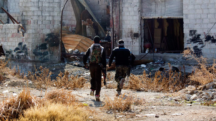 Free Syrian Army fighters carry their weapons as they run for cover in Daraya, near Damascus January 15, 2014. (Reuters / Hussam Zeen)