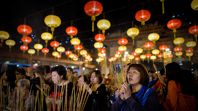 Worshippers burn incense and pray at the Wong Tai Sin Temple to welcome the Chinese New Year of the horse in Hong Kong on January 30, 2014. (AFP Photo / Philippe Lopez)