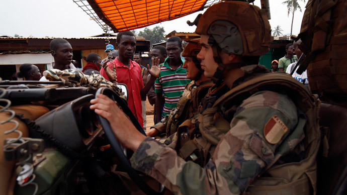 Angry young men complain to French soldiers on patrol in the pro-Christian area of Bangui February 15, 2014.(Reuters / Luc Gnago)