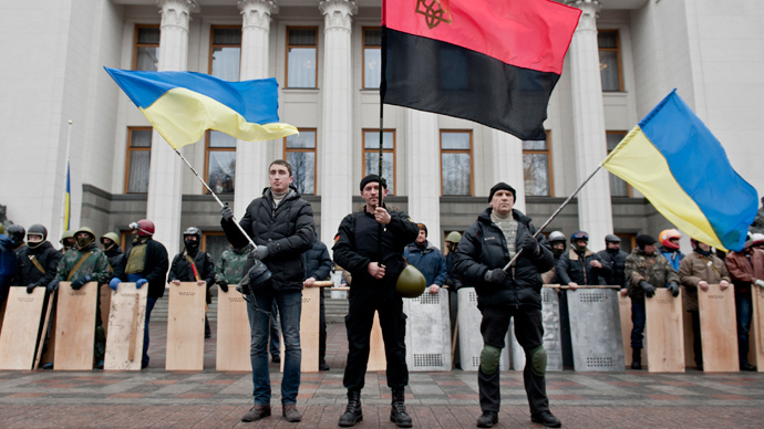 Anti-government forces guard the entrance of the Ukrainian parliament in Kiev, which they took control of on Febuary 22, 2014 (AFP Photo / Piero Quaranta)