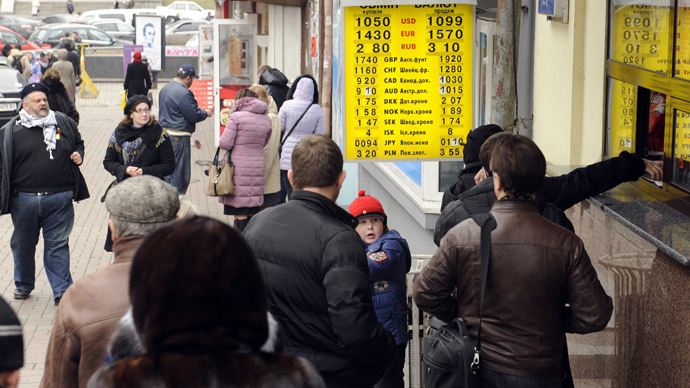 People queue at an exchange counter in central Kiev on February 28, 2014 (AFP Photo)