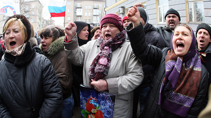 Pro-Russian activists demonstrate in front of riot policemen standing guard in front of the regional administration in Donetsk on March 3, 2014. (AFP Photo / Alexander Khudoteply)