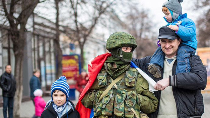 Simferopol residents pose a photograph with soldiers. (RIA Novosti/Andrey Stenin)