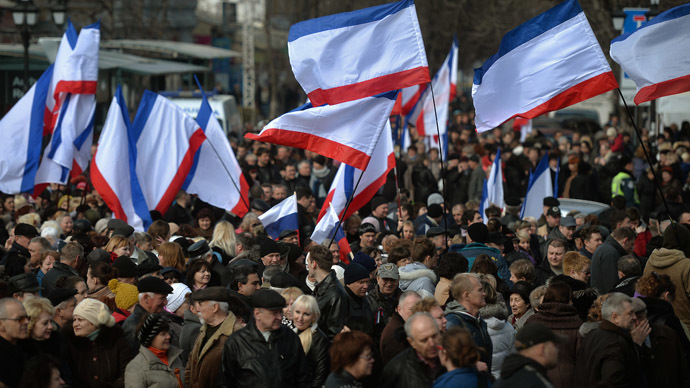 People gather at a pro Russian rally in Simferopol's Lenin Square on March 9, 2014. (AFP Photo)