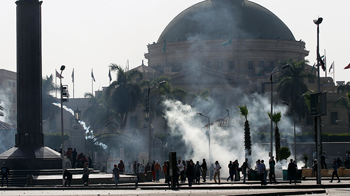 Students who are supporters of the Muslim Brotherhood and ousted President Mohamed Mursi run from tear gas released by riot police during clashes outside Cairo University March 26, 2014 (Reuters / Amr Abdallah Dalsh)