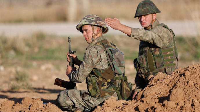 Turkish soldiers stand guard on the Turkish-Syrian border in the town of Ceylanpinar.(Reuters / Murad Sezer)