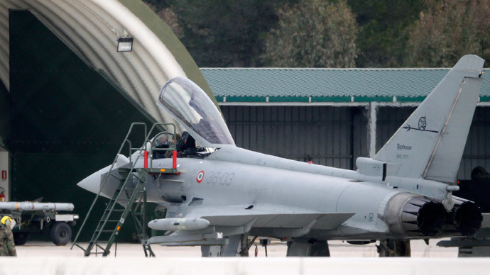 Ground crew and pilots prepare an Italian Eurofighter EF-2000 Typhoon at the Gioia del Colle NATO Airbase in southern Italy (Reuters / Giampiero Sposito)