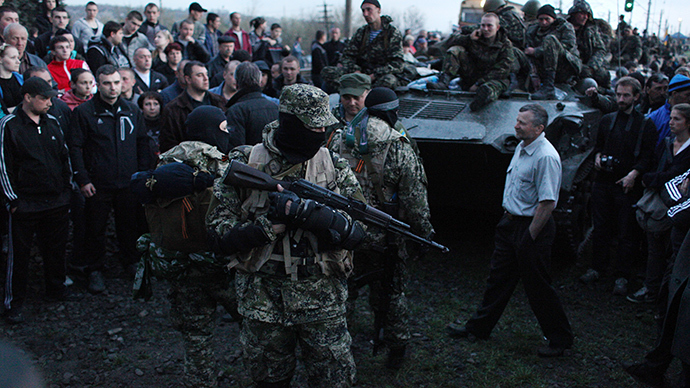 Activists block a collumn of Ukrainian men riding on Armoured Personnel Carriers in the eastern Ukrainian city of Kramatorsk on April 16, 2014 (AFP Photo)