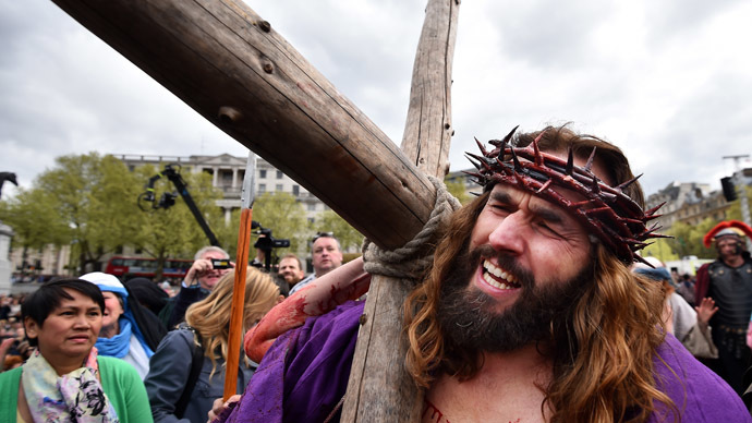 Actor James Burke-Dunsmore carries the cross as he performs the role of Jesus in 'The Passion of Jesus' by the Wintershall Players on Good Friday to crowds in Trafalgar Square in central London on April 18, 2014. (AFP Photo)