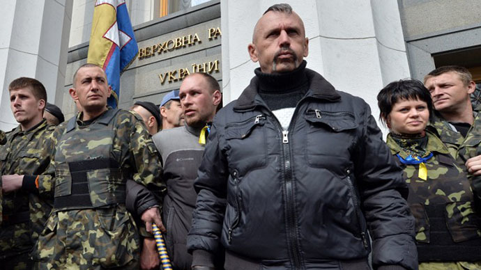Maidan self-defence activists guard the Ukrainian Parliament in Kiev during a session, on April 15, 2014, as protesters outside the building demand authorities to take actions against separatism on the eastern part of the country. (AFP Photo / Sergey Supinsky)