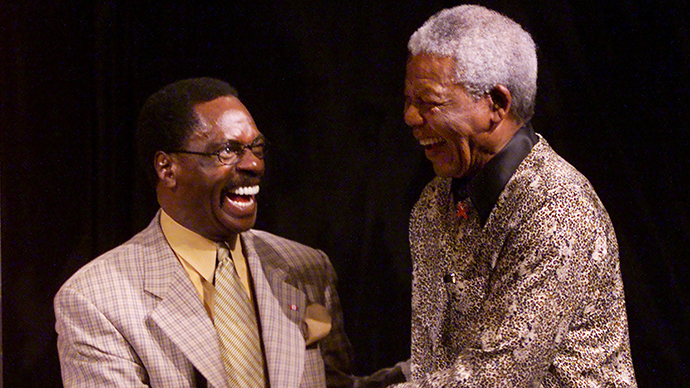 "Former South African president and Nobel Peace laureate, Nelson Mandela (R), shakes hands with former US boxer Rubin ""Hurricane"" Carter (L) during the inaugural World Reconciliation Day celebrations in Melbourne 08 September 2000. (AFP Photo / Torsten Blackwood)"