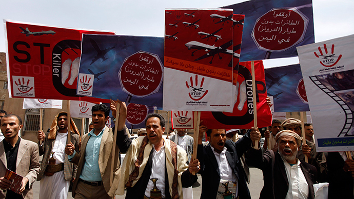 People chant slogans against U.S. drone strikes outside the Yemeni House of Representatives in Sanaa April 24, 2014 (Reuters / Mohamed al-Sayaghi)