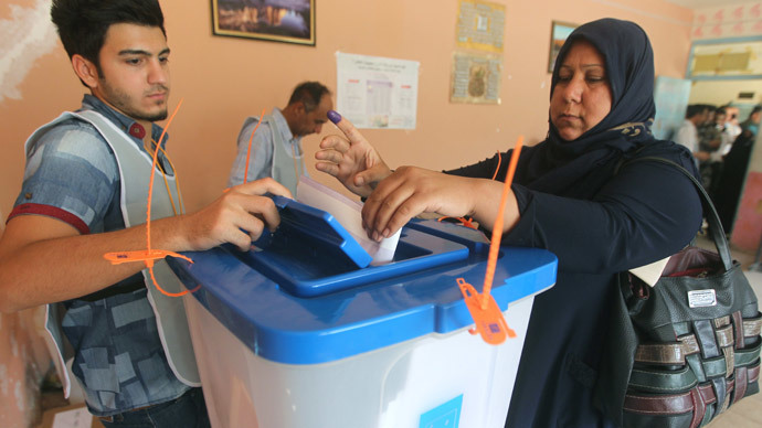 An Iraqi policewoman casts her ballot at a school in Baghdad on April 28, 2014 (AFP Photo / Ahmad Al-Rubaye)