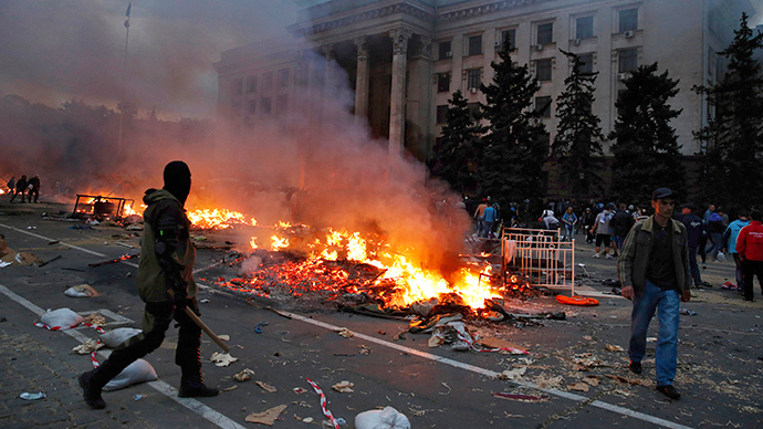 A protester walks past a burningp anti-goverment tent camp near the trade union building in Odessa May 2, 2014 (Reuters / Yevgeny Volokin)