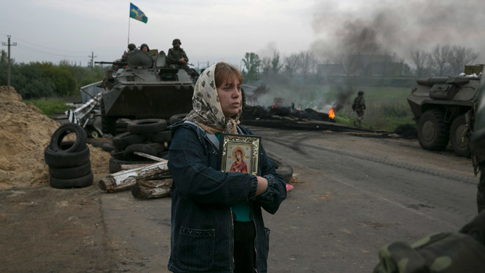 A woman stands with an Orthodox icon at a Ukrainian checkpoint near the town of Slaviansk in eastern Ukraine May 2, 2014 (Reuters / Baz Ratner)