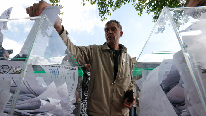 A man casts a ballot at a polling station as he takes part in the referendum on the status of Donetsk and Luhansk regions, in Moscow May 11, 2014 (Reuters / Sergey Karpukhin)