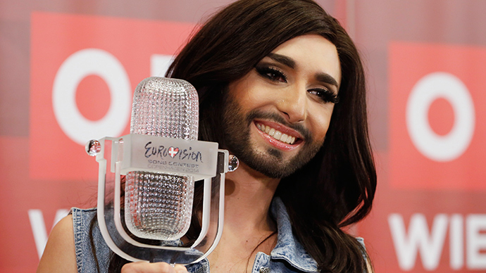 Austria's Conchita Wurst poses with her trophy after a news conference in Vienna May 11, 2014 (Reuters / Leonhard Foeger)