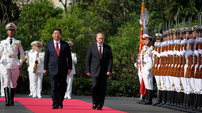 China's President Xi Jinping (L) and his Russian counterpart Vladimir Putin inspect the honor guard as they attend a ceremony to open the Chinese-Russian joint naval drills in Shanghai May 20, 2014.(Reuters / Alexei Druzhinin)