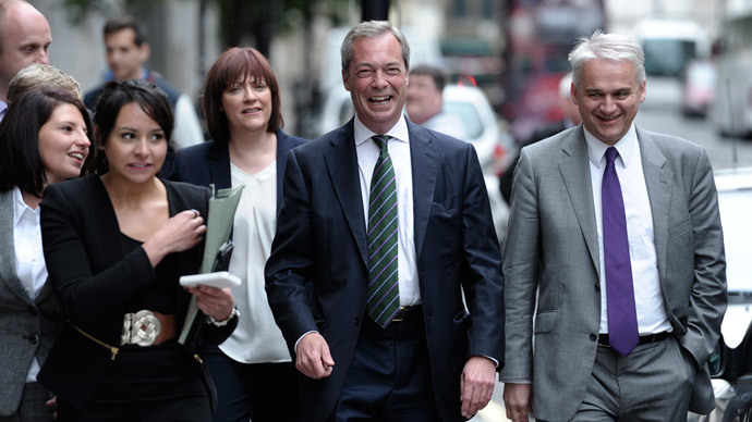 UK Independence Party leader Nigel Farage (2-R) walks to a press conference in central London on May 26, 2014. (AFP Photo / Carl Court)