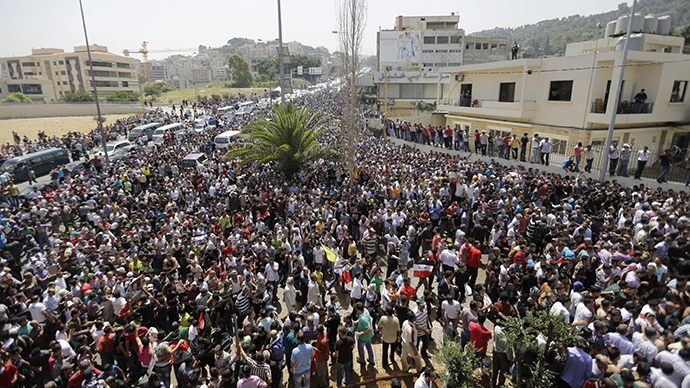 Thousands of Syrain nationals living in Lebanon arrive outside the Syrian Embassy in Yarze east of Beirut on May 28, 2014, before voting in the upcoming presidential elections in Syria (AFP Photo)