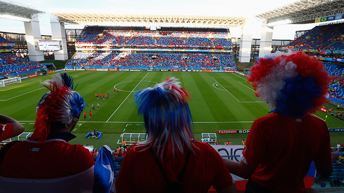 Chile fans watch as their team's national soccer players enter the stadium during their 2014 World Cup Group B soccer match against Australia at the Pantanal arena in Cuiaba June 13, 2014 (Reuters / Amr Abdallah Dalsh)